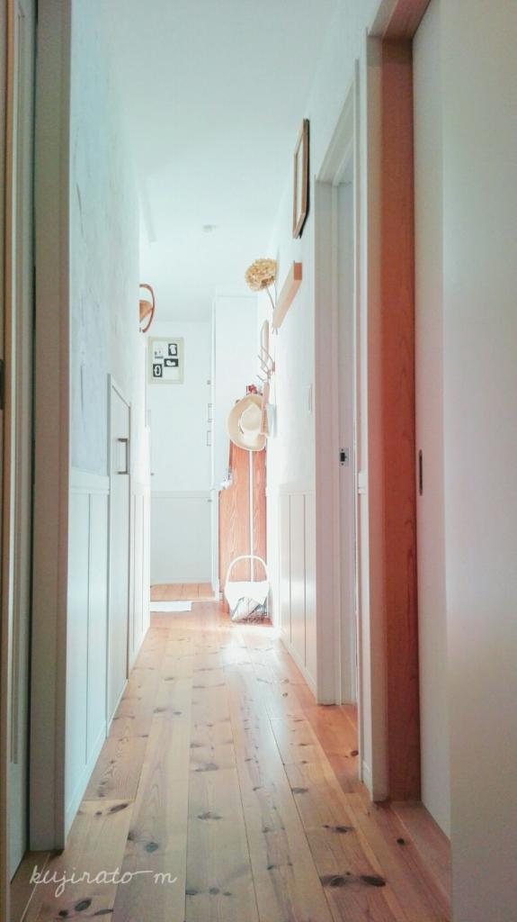 朝の陽を差し込んだ、洗面所から見た玄関へのアプローチ風景が好き
