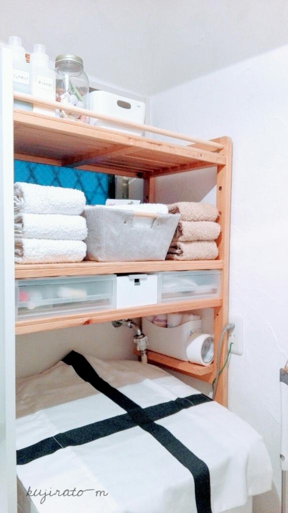 洗濯機上の収納棚に洗濯かごがないと、スッキリ