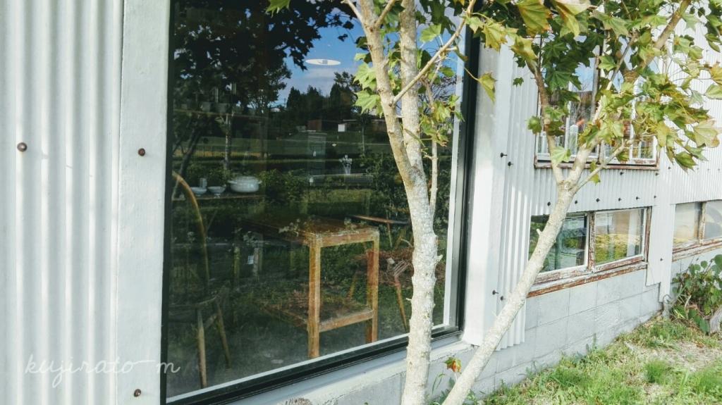 三田の雑貨屋さん『Barnshelf(バーンシェルフ)』、側面の窓から