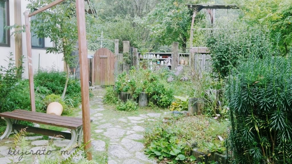 能勢『cafe soto』の緑の多い、可愛いお庭