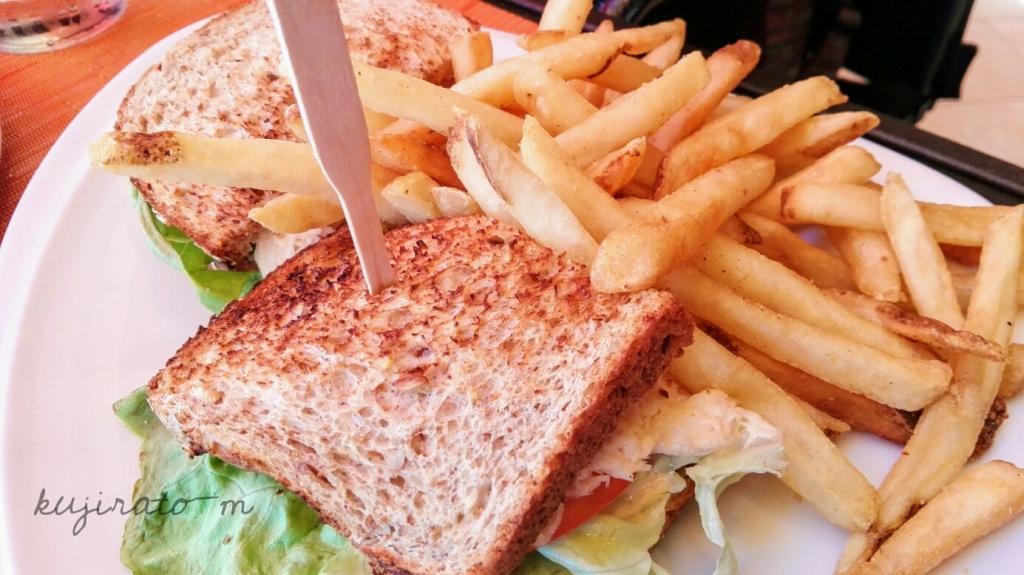 トロピックス・バー&グリルのランチ、蟹身のサンドイッチ