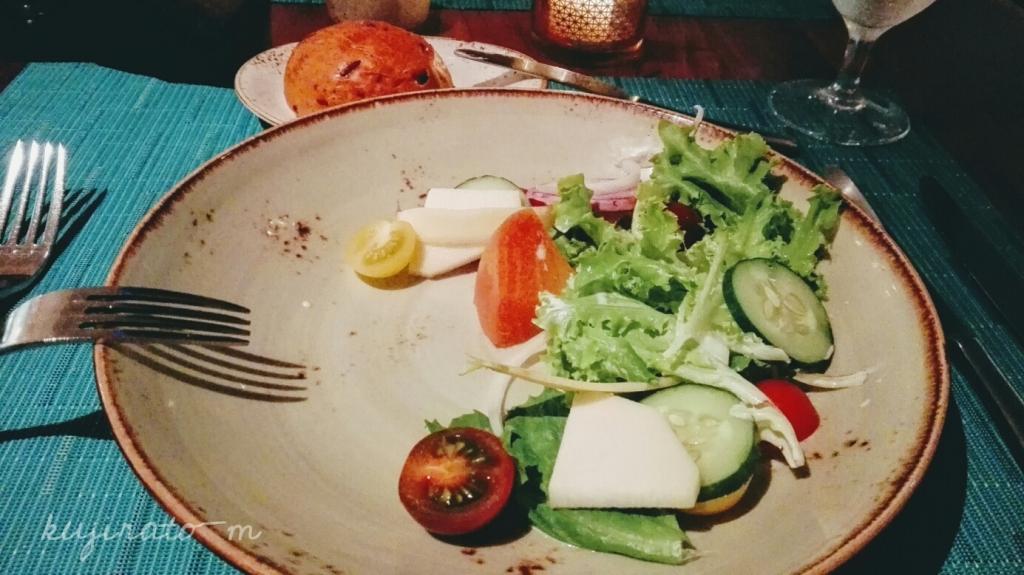 HISツアー特典『バリステーキ&シーフード』でのディナー内容、サラダとパン