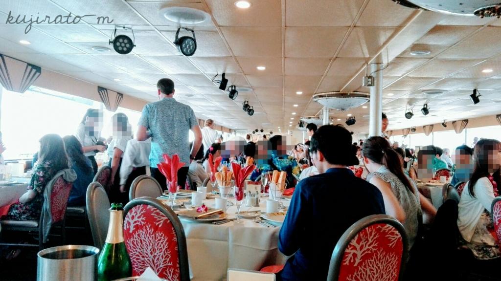 スターオブホノルル号の船内。人がいっぱいです