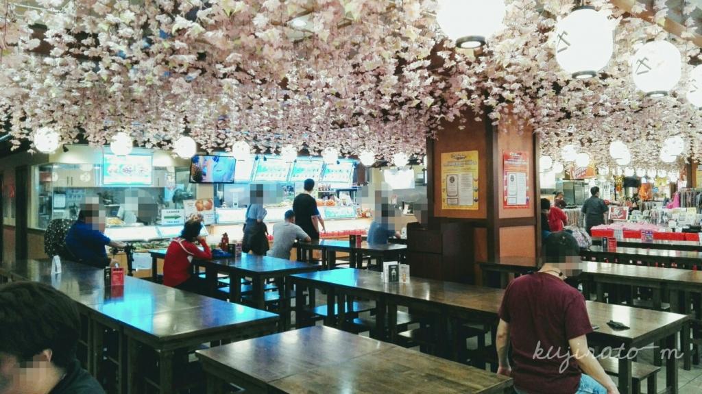 シロキヤ、ジャパンビレッジウォークは京都をイメージしていて、藤棚が天井を占めています