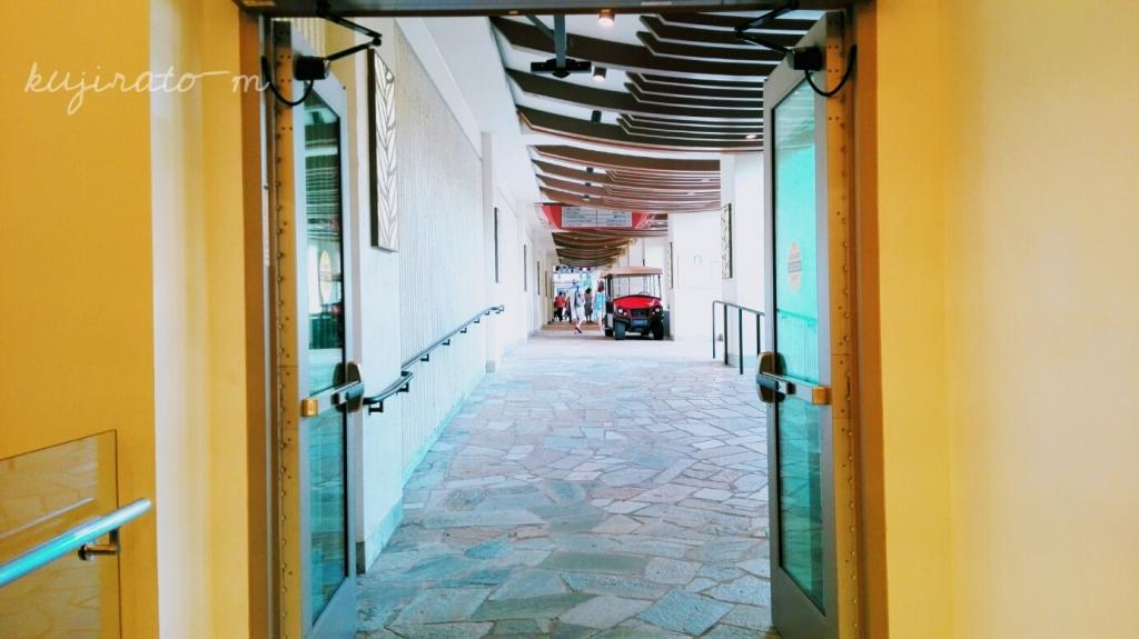 ヒルトンハワイアンビレッジ、ザ・グランドアイランダー、LeaLeaトロリーバス乗り場の入口の自動ドア
