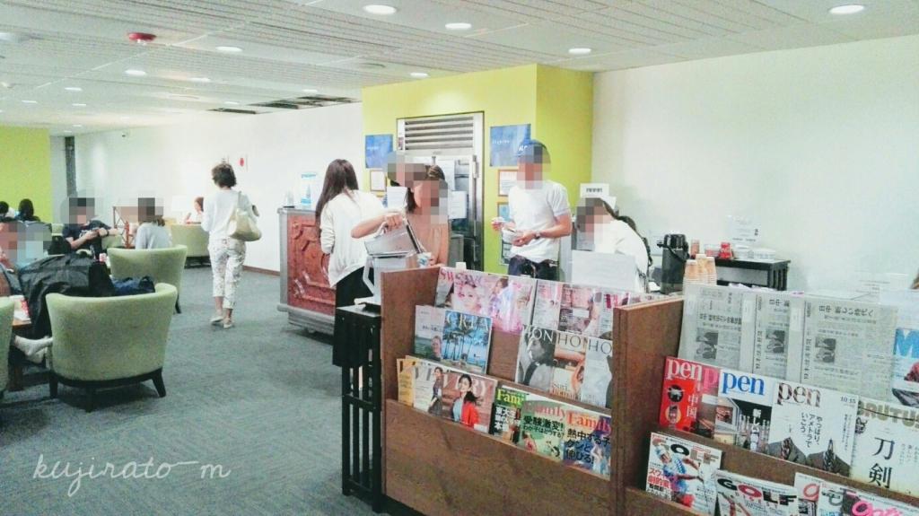 HISホノルル空港ラウンジ内、雑誌等も豊富でくつろげます