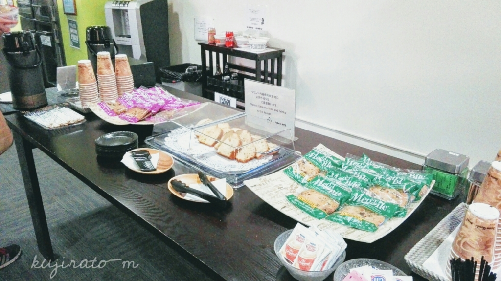 HISホノルル空港ラウンジのケータリング軽食、クッキーなど