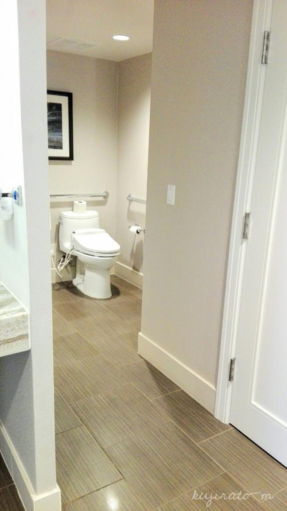 ヒルトンハワイアンビレッジ『ザ・アリイ』最上階スイート寝室から続く、洗面スペースからトイレ