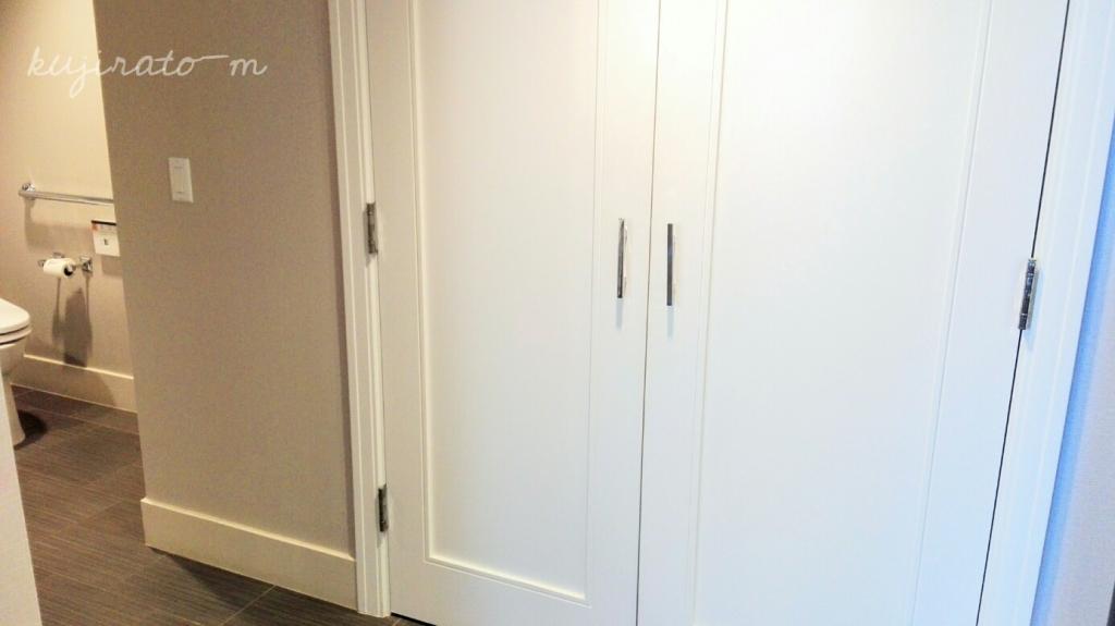 ヒルトンハワイアンビレッジ『ザ・アリイ』最上階スイートの寝室から続く洗面スペースからクローゼット