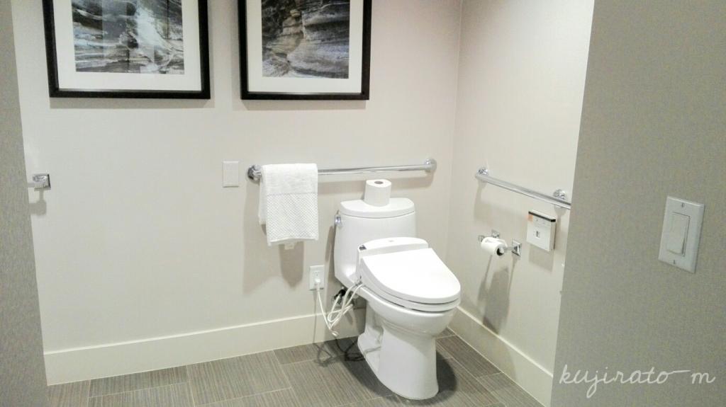 1543483545522.jpgヒルトンハワイアンビレッジ『ザ・アリイ』最上階スイートのトイレは手すりやウォシュレット完備