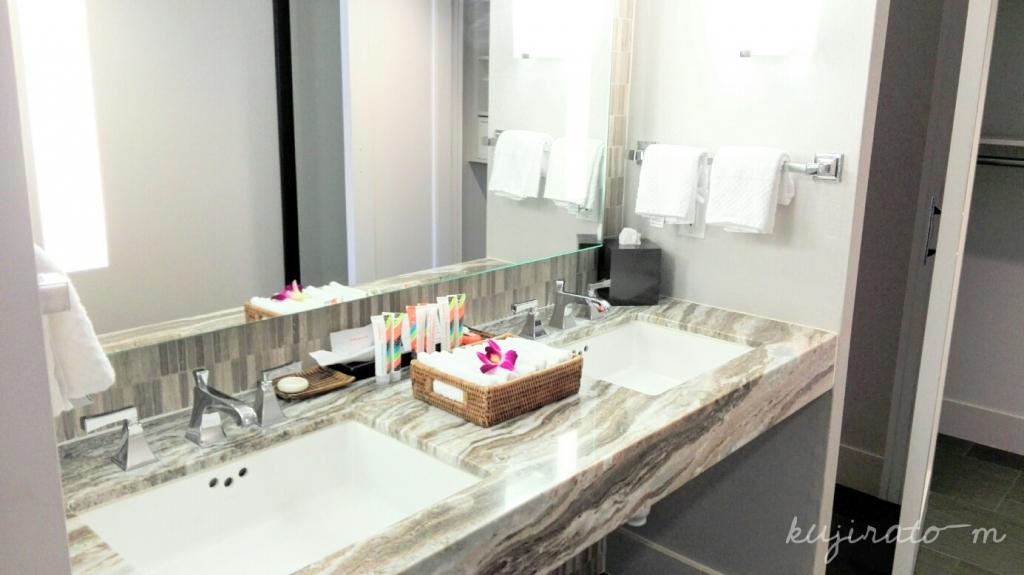 ヒルトンハワイアンビレッジ『ザ・アリイ』最上階スイート寝室から続くの、広い洗面スペース
