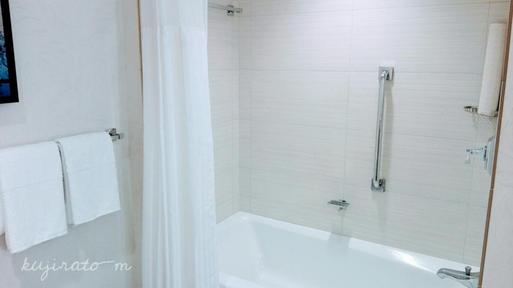 ヒルトンハワイアンビレッジ『ザ・アリイ』最上階スイートの白いバスルーム