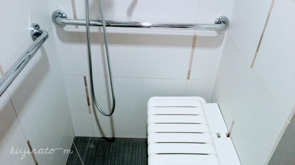 ヒルトンハワイアンビレッジ『ザ・アリイ』最上階スイートの壁付け折りたたみお風呂イスが、すっきり便利!