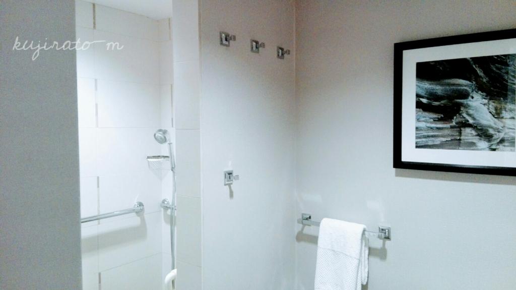 ヒルトンハワイアンビレッジ『ザ・アリイ』最上階スイートのシャワールームはフックも多く便利仕様