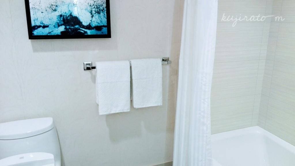 ヒルトンハワイアンビレッジ『ザ・アリイ』最上階スイートの白いバスルームとトイレ