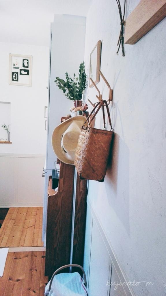 伊勢神宮おはらい町で買った、竹のかごを玄関に飾ってみる