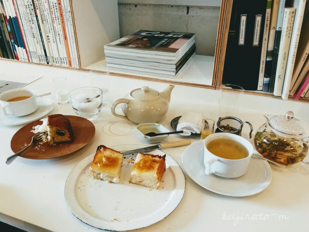 三重県伊賀市丸柱にあるオシャレカフェ『cafe noka』カウンター席での、本とお茶の風景