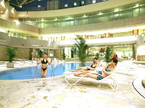 リゾート気分を演出する屋内プール