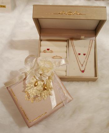 2011年版MU,RAアクセサリー用 クリスマス限定BOXはピンク!