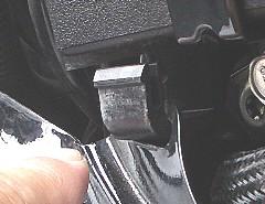 '06 モデルのバッテリーケースフック�