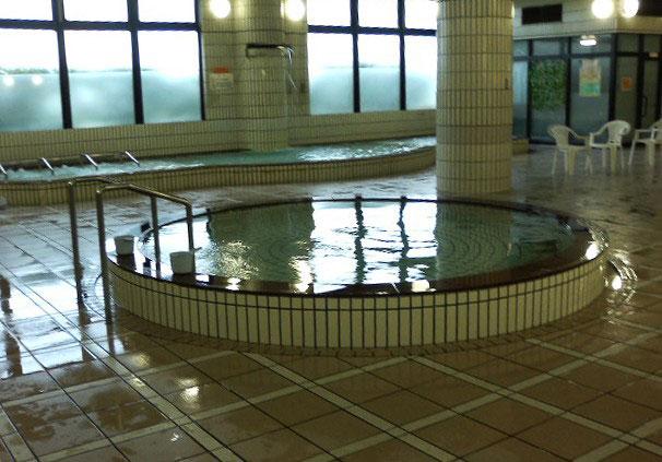 薬湯に白湯に桧風呂。。。でも手前の丸いのは水風呂 (^^;