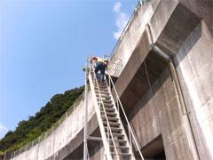 本当に急な階段でちょっと恐かったです。 (^^;