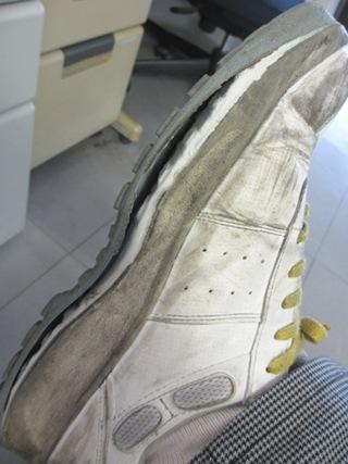 靴底のゴムが剥がれてしまいました。 (>_<)