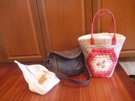 母が作ったパッチワークのバッグを持って。