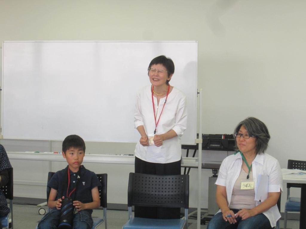 戯曲が書かれた経緯をお話しされる作者の篠原久美子さん