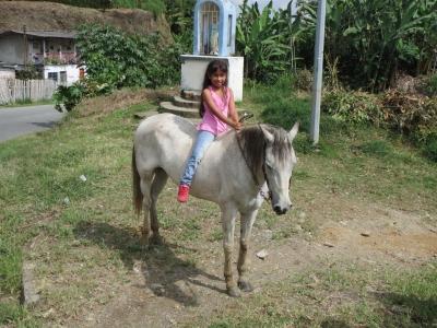 裸馬に乗った少女