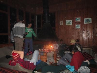 暖炉で暖まる
