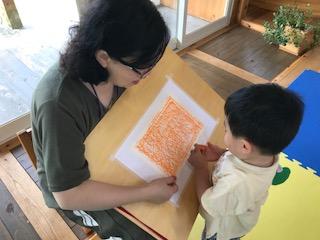 臨床美術士と子ども.JPG
