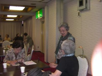 報告会の後半、歓談する参加者