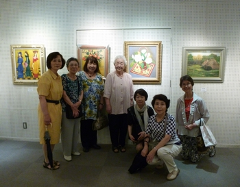 絵画展会場ー坂井さんの絵を囲んで