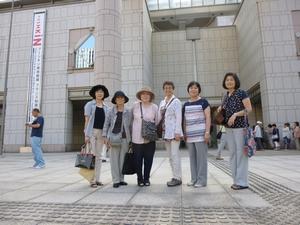 美術館の前で