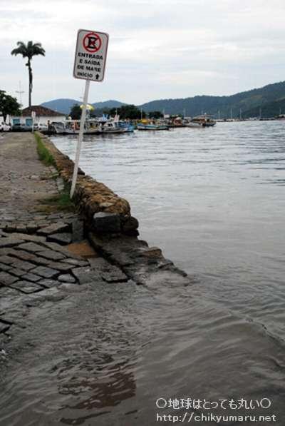 地域の石畳を、海水が覆う