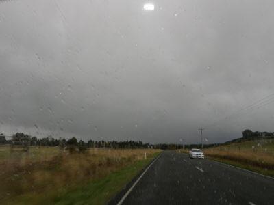 またも雨;