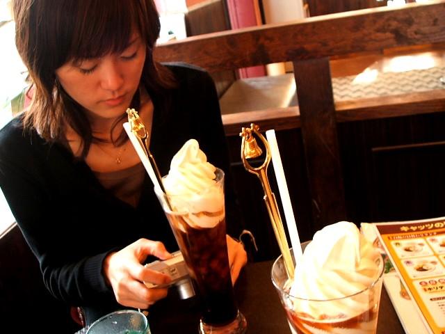 キャッツカフェでコーヒーフロート