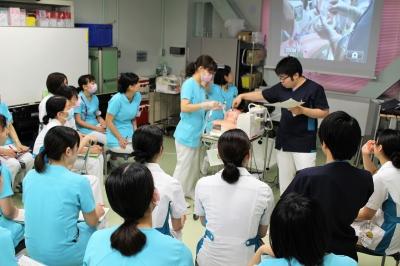臨床教育看護師のデモをみて手技の確認をしました