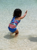 海で遊ぶ様子