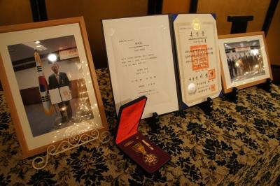 勲章と表彰状