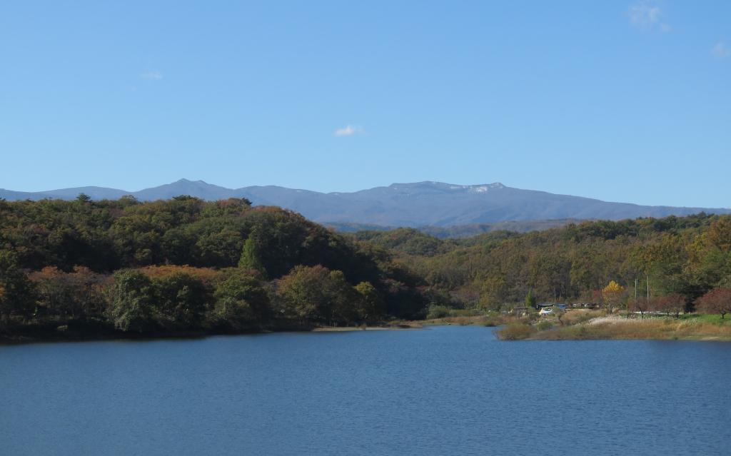 牛野ダム湖と船形山
