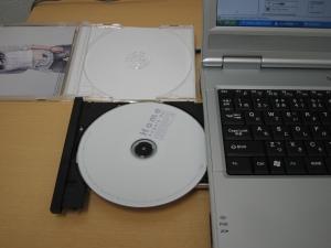 パソコンにCDを入れる