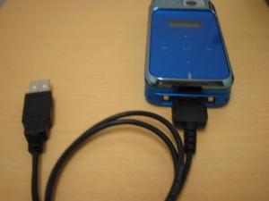 携帯電話とUSBケーブルを接続