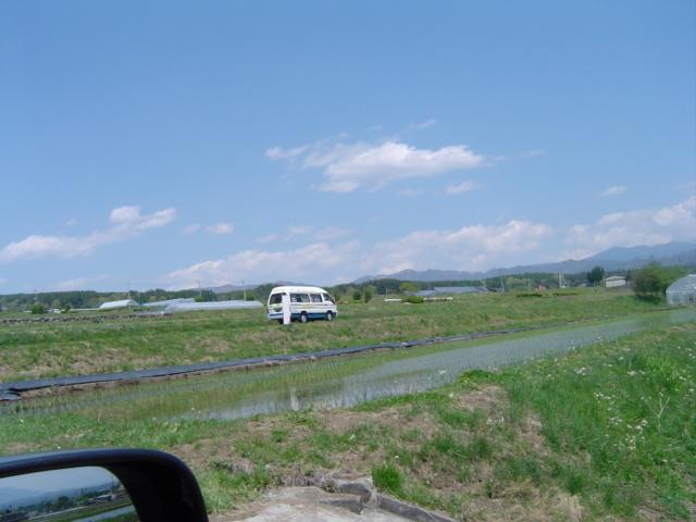畦を走るデマンドバス