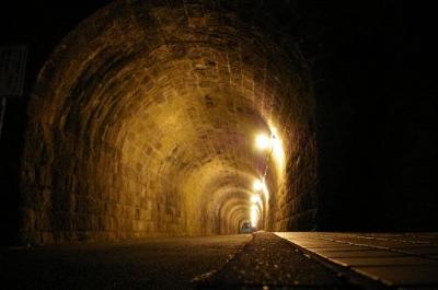 夜、トンネル