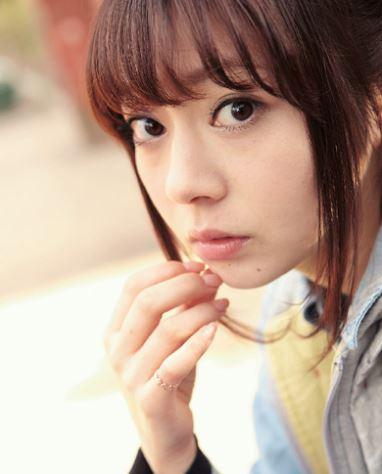 こちらをそっと見つめる芳賀優里亜さん