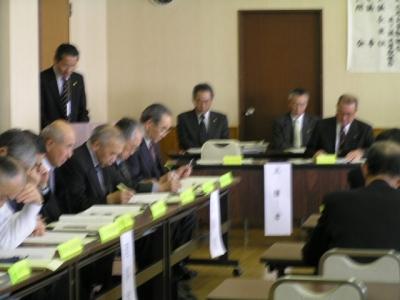 総会で議案説明する小保内県森連専務理事