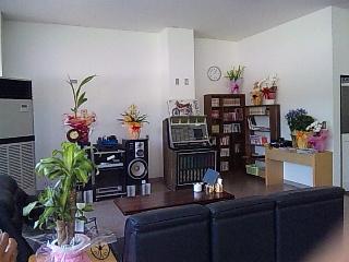マンガや雑誌、ソファーのコーナー