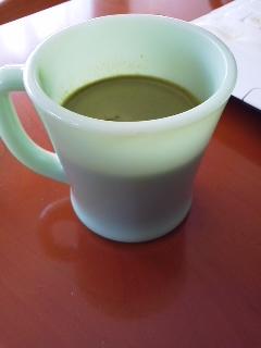 抹茶ラテを入れたファイヤーキングマグ